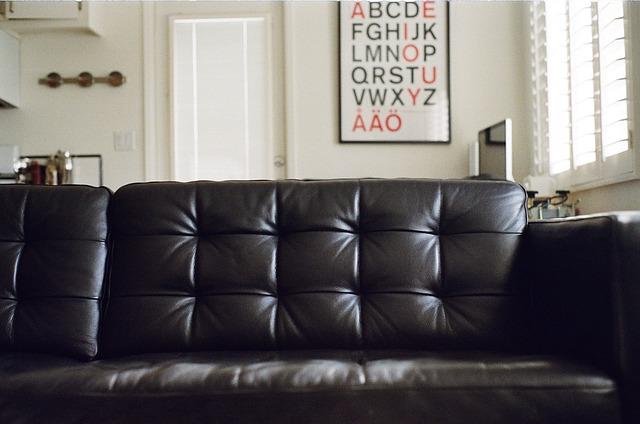 gauč černý