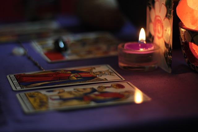karty u svíček